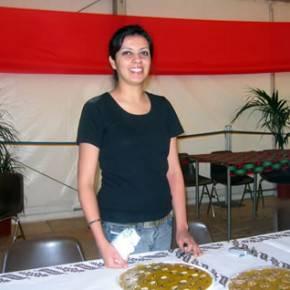 Elly offre una torta iraniana squisita
