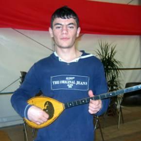 Ndue con la sua chitarrina albanese