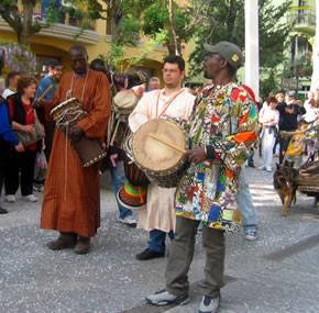 I Baye Fall hanno riscaldato la piazza con i loro ritmi africani