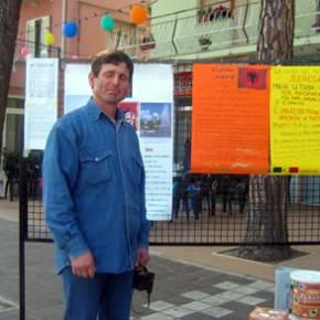 Segavecchia 2007: Paolo di fronte ai cartelloni preparati a scuola di italiano